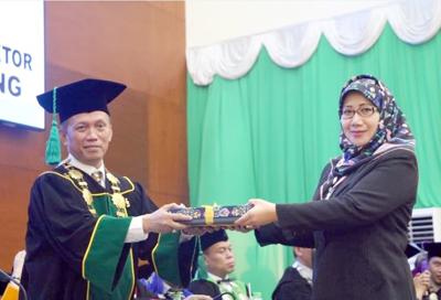 Rektor UIN SGD Lantik 942 Wisudawan 2